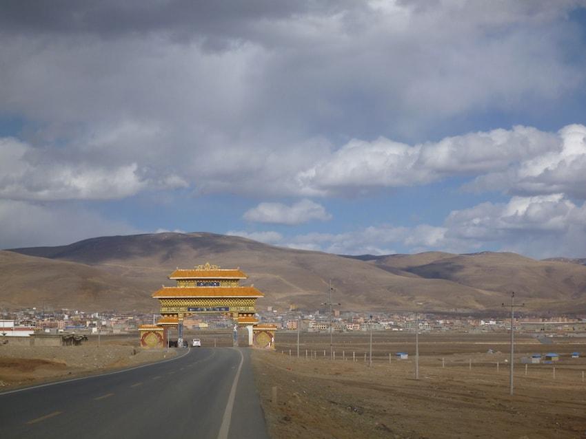 Portão de entrada de Litang Tibete China