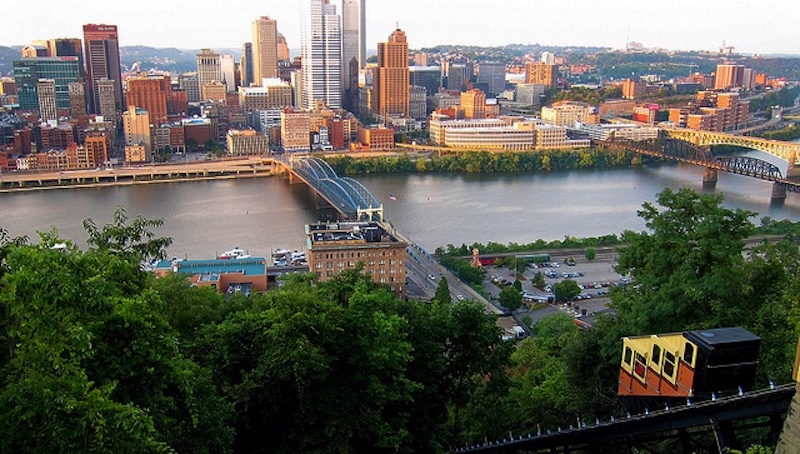 Vista da parte alta do bondinho Monongahela Incline Pittsburgh