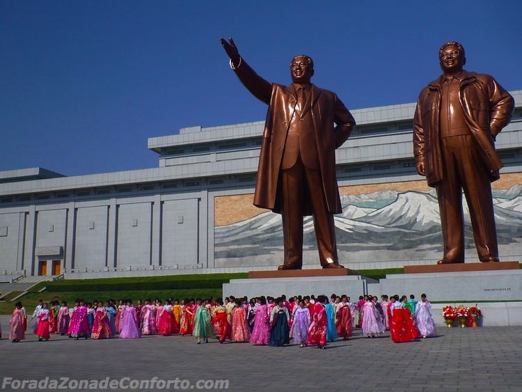 Estátuas de bronze Kim Il-Sung (à esquerda) e Kim Jong-il (à direita) Pyongyang Coreia do Norte