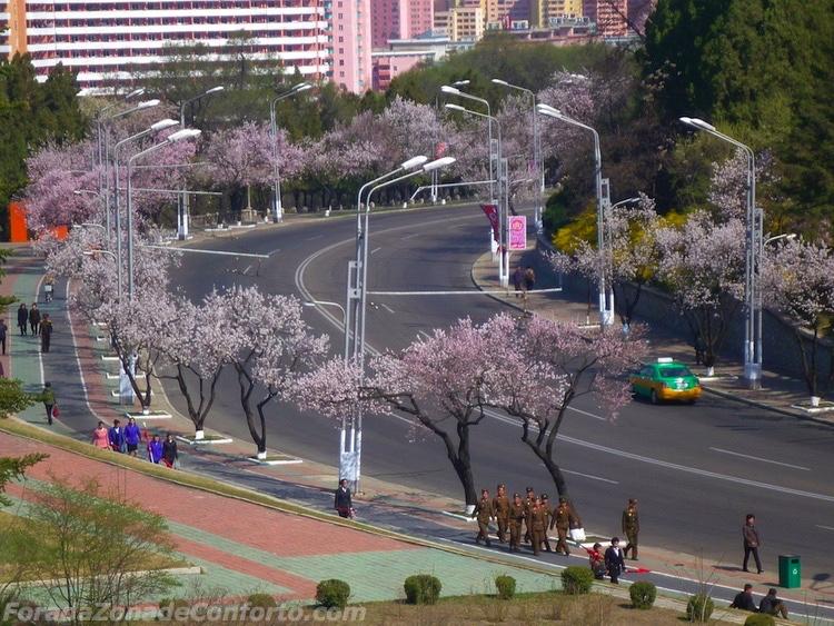 Um táxi sozinho dirigindo pela rua quase vazia de Pyongyang Coreia do Norte