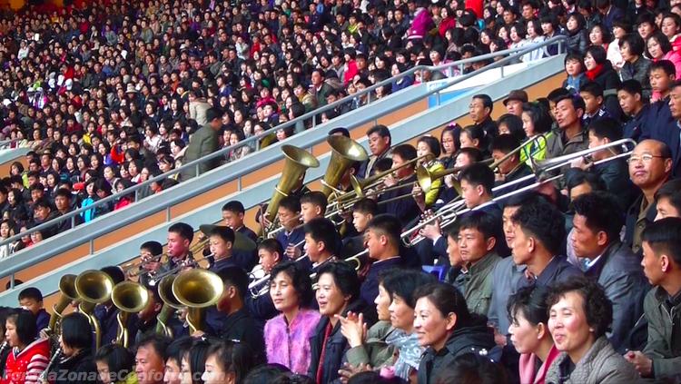 Torcida Norte-coreana no estádio do Dia de Maio
